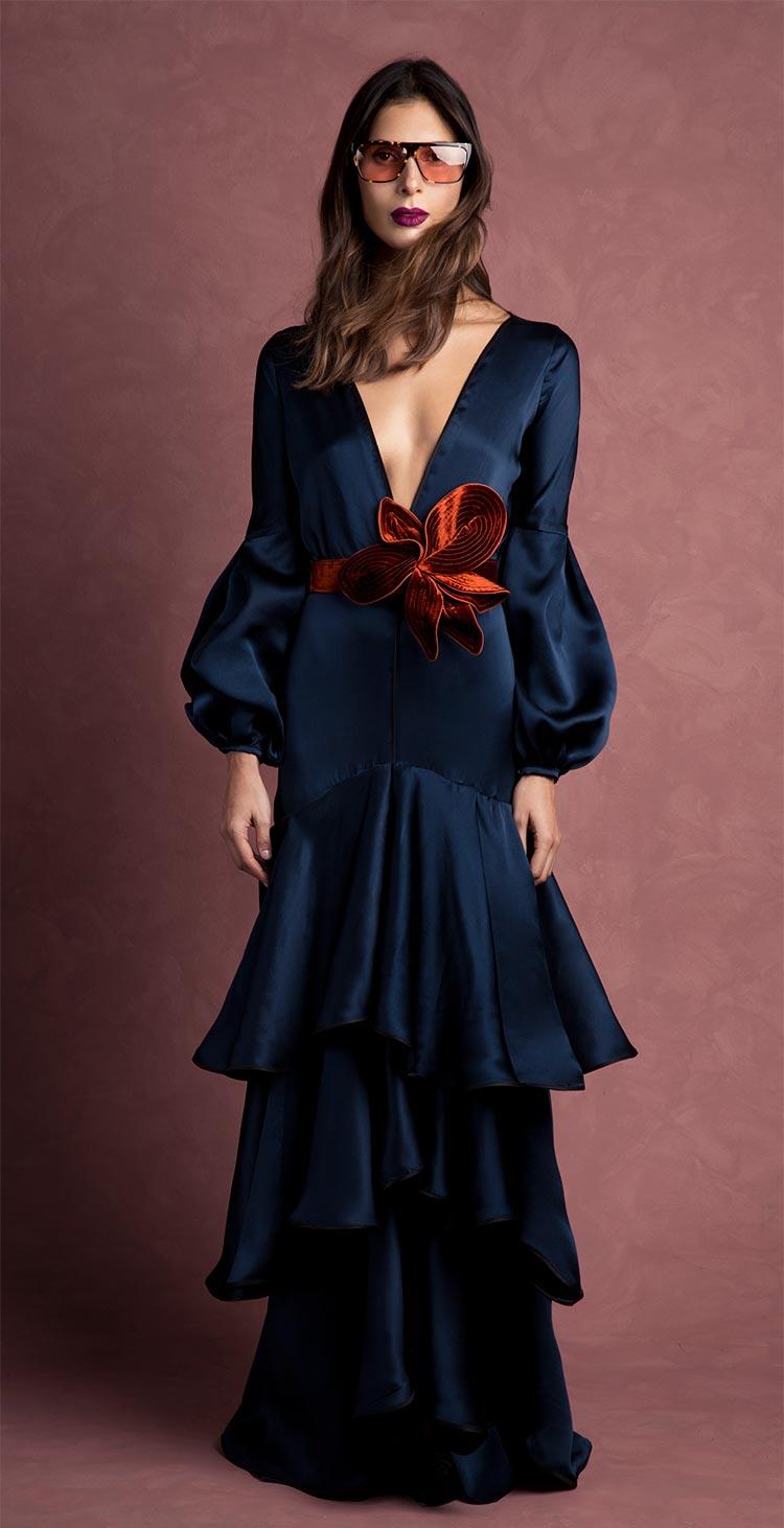 vestido-azul-largo-con-cinturon-flor-invitada-perfecta-de-invierno-otono-johanna-ortiz